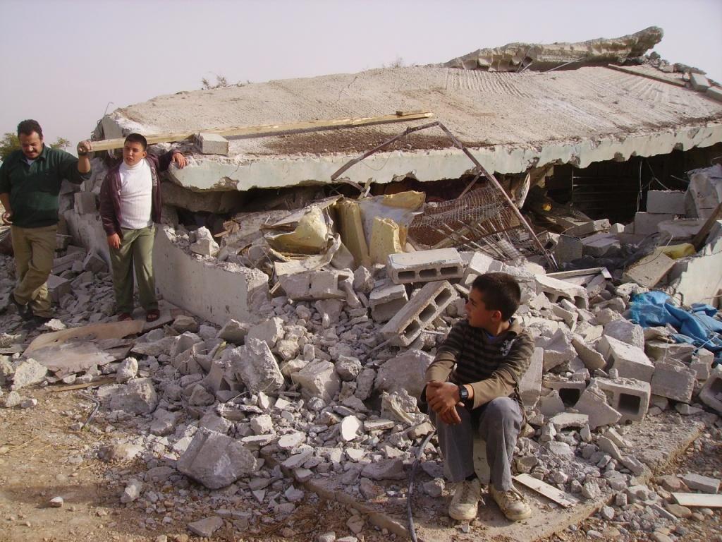 Una casa demolita nel villaggio di al-Aqaba in Cisgiordania (Foto: Eappi)