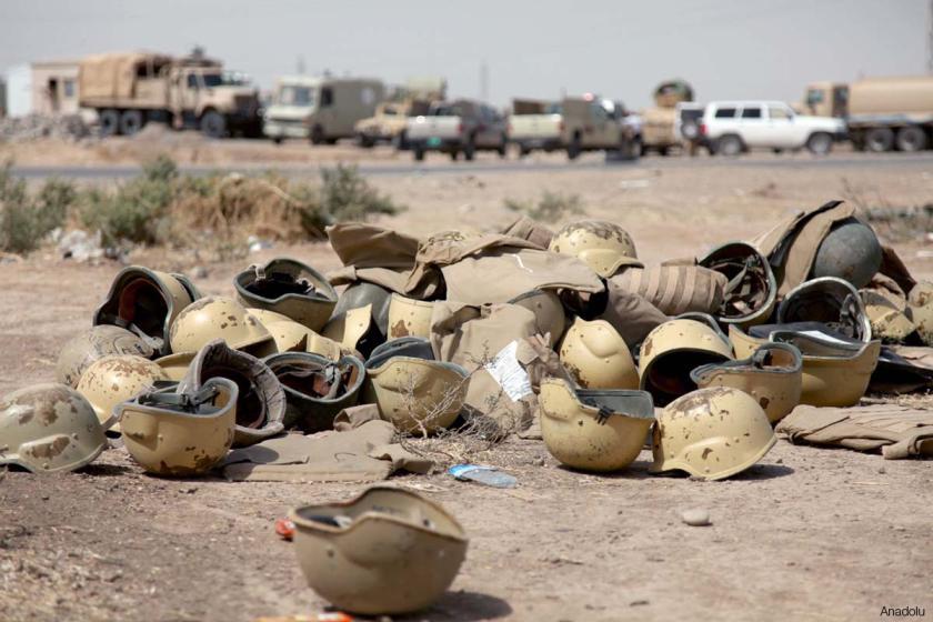 Elmetti dei soldati iracheni abbandonati durante la fuga da Mosul, lo scorso giugno (Foto: Anadolu)