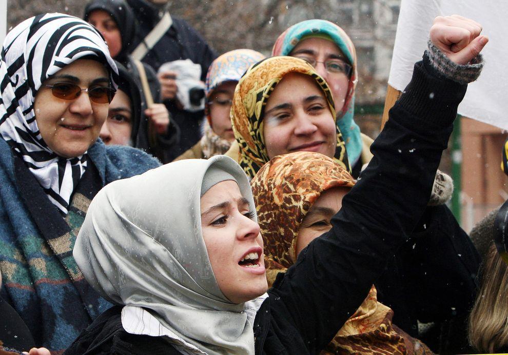 Donne musulmane durante una protesta ad Ankara (Foto: Burhan Ozbilici/Ap)
