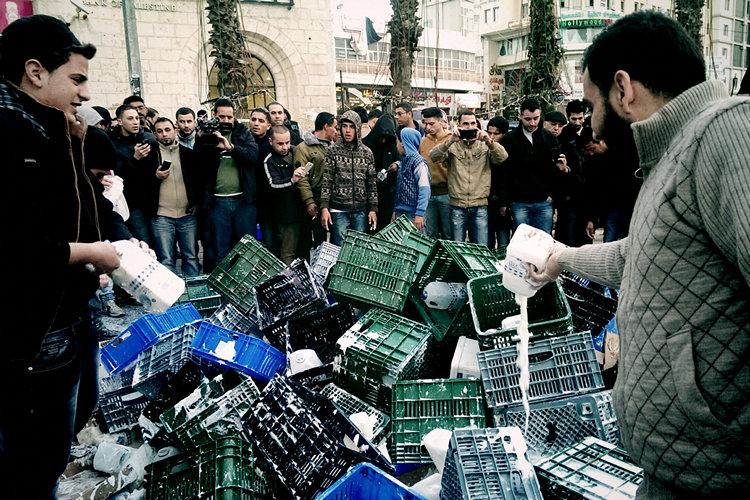 Il latte israeliano versato da giovani palestinesi a Ramallah