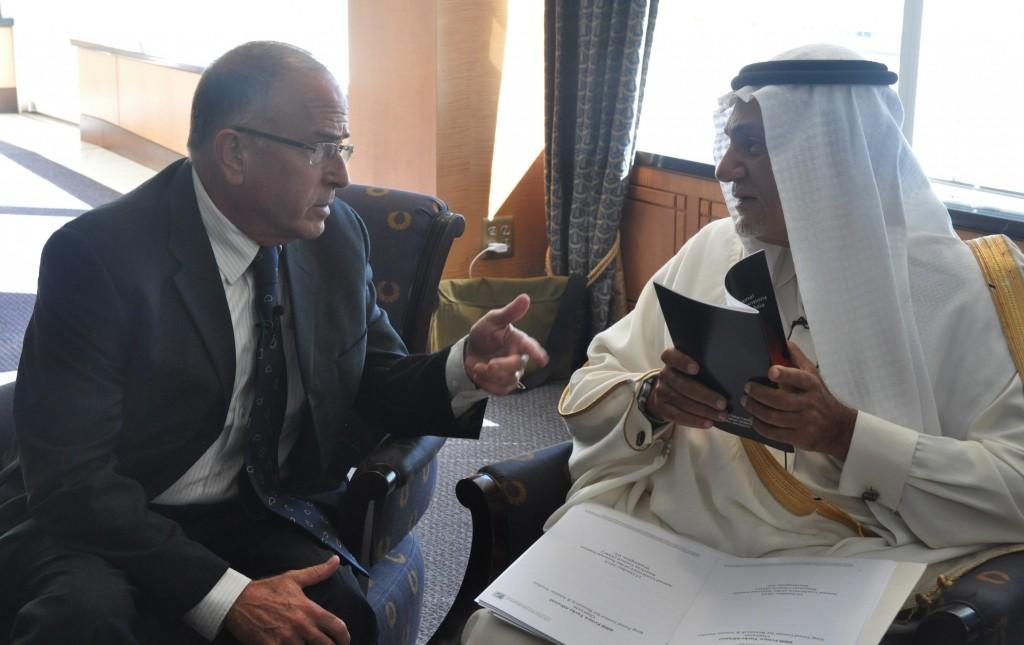 WASHINGTON Il principe Turki bin Faisal al Saud  a colloquio con l'analista israeliano Yossi Alpher alla  National Iranian American Council  nell'ottobre 2013