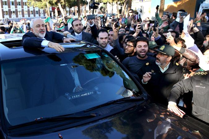 Il ministro degli Esteri iraniano Mohammad Javad Zarif accolto a Teheran dopo il ritorno da Losanna (Foto: AP/Ebrahim Noroozi)