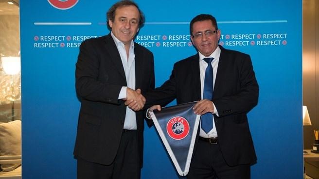Il presidente della Uefa Michel Platini (a sinistra) e il Presidente della federcalcio israeliana Ofer Eini (a destra)