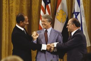 Il presidente egiziano Sadat, Carter e il premier israeliano Begin, foto di David Hume Kennerly/Getty Images
