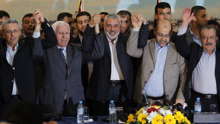 """I dirigenti di Fatah, Hamas e altri partiti palestinesi l'anno scorso dopo la formazione del governo di """"consenso nazionale"""""""