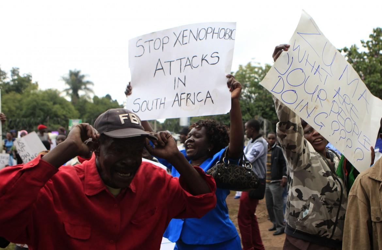 Manifestazione anti-razzista in Sudafrica. foto LaPresse