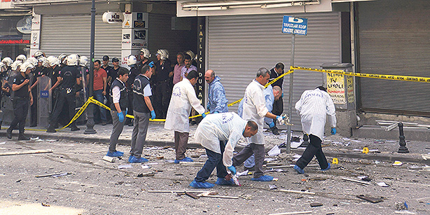 Attacco bomba alla sede dell'HDP ad Adana. (Foto: Cihan. Fonte: Today's Zaman)