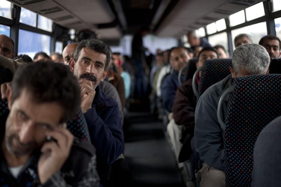 Lavoratori palestinesi in autobus (Foto: AP Photo/Ariel Schalit)