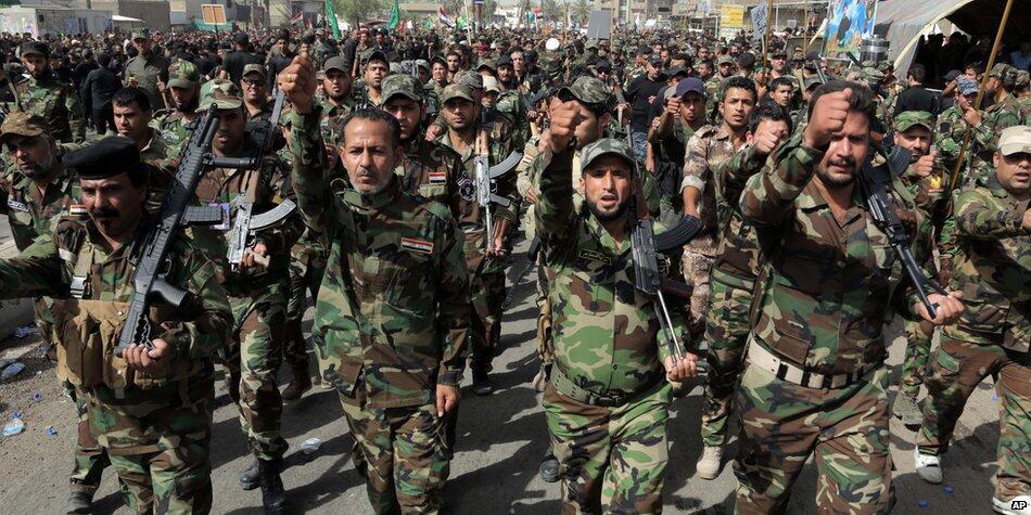 Miliziani sciiti sfilano a Baghdad (foto dal sito della BBC)