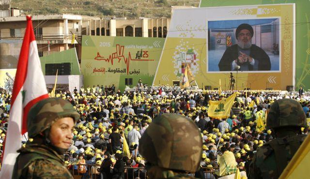 Sostenitori del movimento sciita Hezbollah assistono al discorso televisivo di Hassan Nasrallah. 24 maggio 2015, Nabatiyeh, Libano. Foto AFP