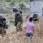 VIDEO. Ragazzi Nabi Saleh mostrano cartellino rosso a soldati israeliani