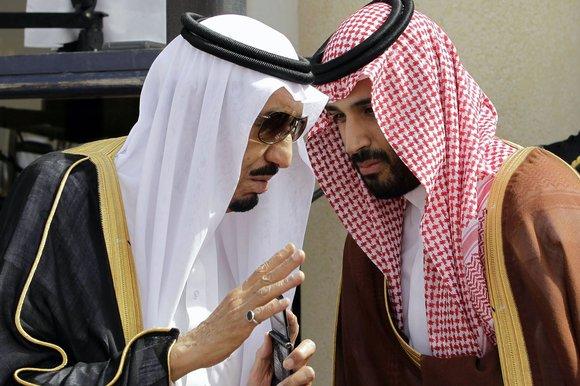Re Salman con il figlio Mohammed (foto Hassan Ammar/AP)