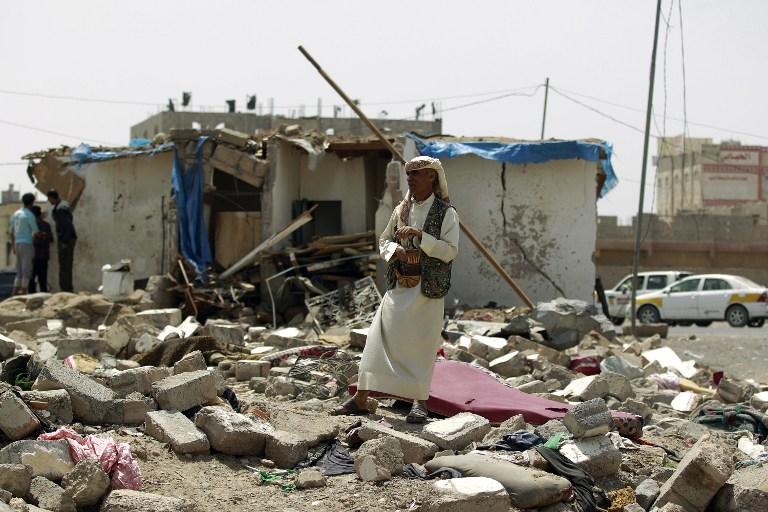 Gli effetti di un bombardamento saudita a Sana'a (Foto:  AFP/Mohammed Huwais)