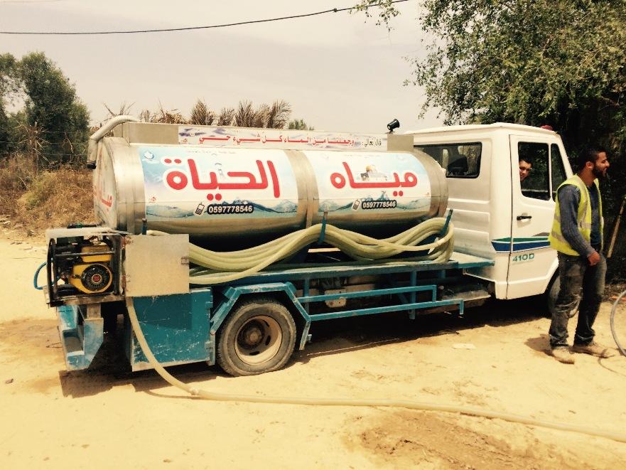L'acqua in molte zone di Gaza colpite dai bombardamenti viene ancora distribuita con le autobotti