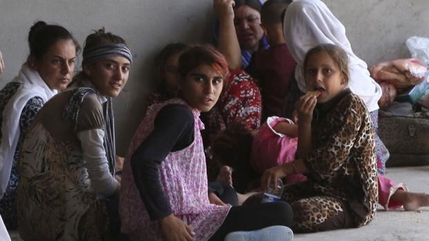 Donne e bambine yazide irachene scappate alle violenze di Sinjar. (Foto Ari Jalal/Reuters)