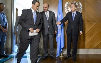 Il segretario Onu Ban Ki- Moon con l'inviato speciale Onu per lo Yemen Ismail Ould Cheikh Ahmed   e il segretario del Consiglio della Cooperazione del Golfo Abdullatif al-Zayani a Ginevra (Foto di Fabrice Coffrini, AFP)