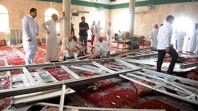 L'attacco Isis alla moschea Imam Ali nel villaggio di al-Qadeeh in Arabia Saudita (Foto: Reuters / Stringer)