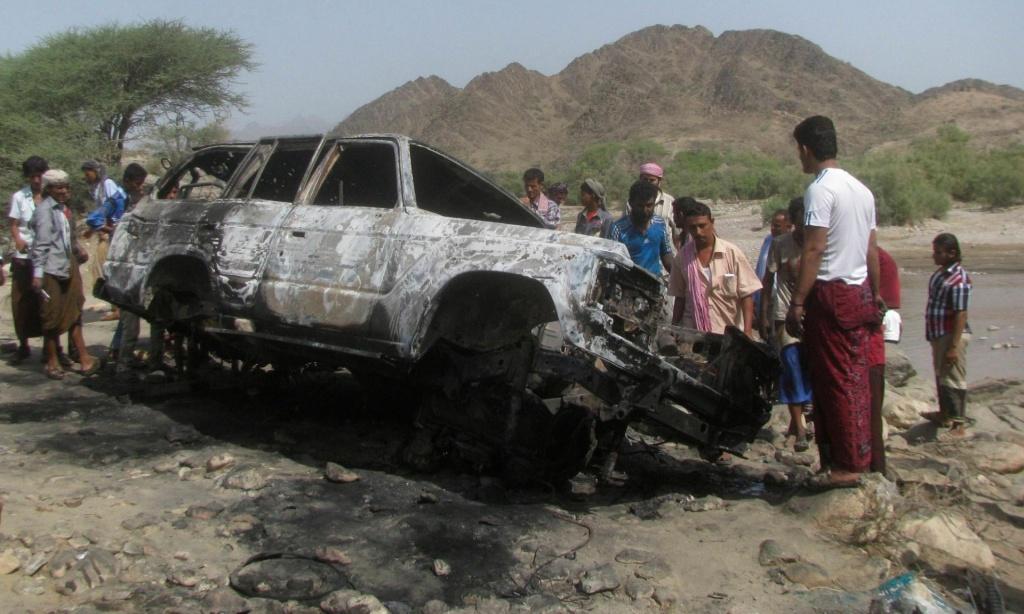 Un veicolo colpito da un missile lanciato da un drone Usa in Yemen (Foto: Stringer/Reuters)