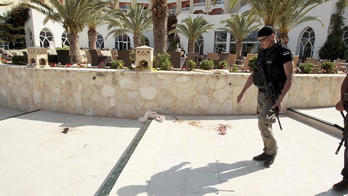 Un poliziotto tunisino sul luogo dell'attacco di ieri (Foto. Reuters/Zoubeir Souissi)
