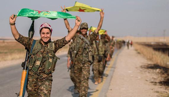 Combattenti curdi festeggiano la presa di Tel Abyad, 15 giugno 2015 (Foto REUTERS/Rodi Said)