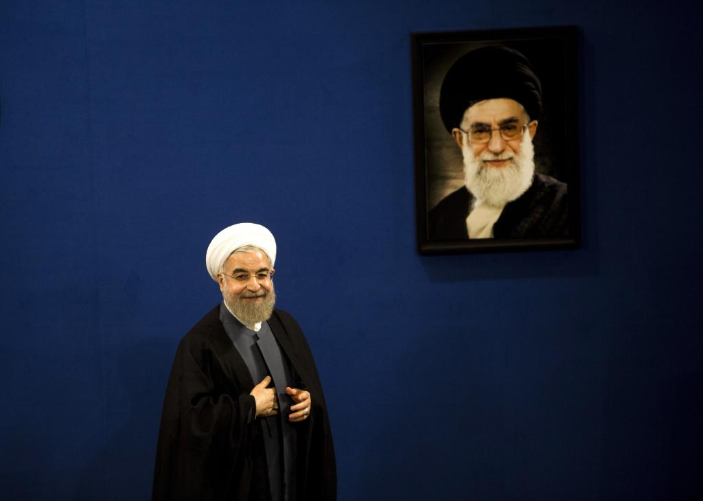Il Presidente iraniano Hassan Rohani accanto ad un ritratto della Guida Suprema Ali Khamenei. Tehran, 13 giugno 2015. BEHROUZ MEHRI/AFP/Getty Images