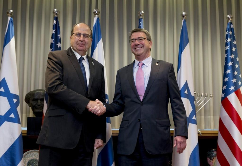 Da sinistra il ministro della difesa israeliano Moshe Yaalon con il segretario alla difesa Usa Ashton Carter. Foto Reuters
