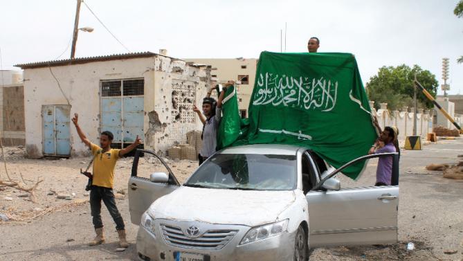Forze fedeli al presidente Hadi con una bandiera dell'Arabia Saudita