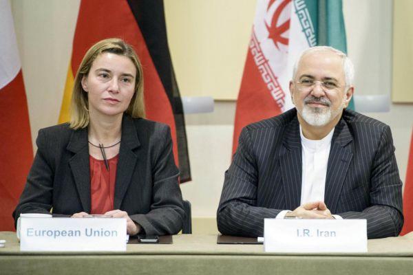 Il ministro degli esteri iraniano Mohamed Javad Zarif e l'alto rappresentante Ue per la politica estera Federica Mogherini (Foto: LaPresse)