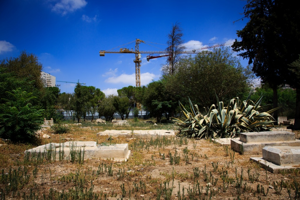 Tombs in the historic cemetery of Mamilla in West Jerusalem, in the background the construction site of the Israeli Museum of Tolerance set to open in 2017. (Photo: Pablo Castellani)