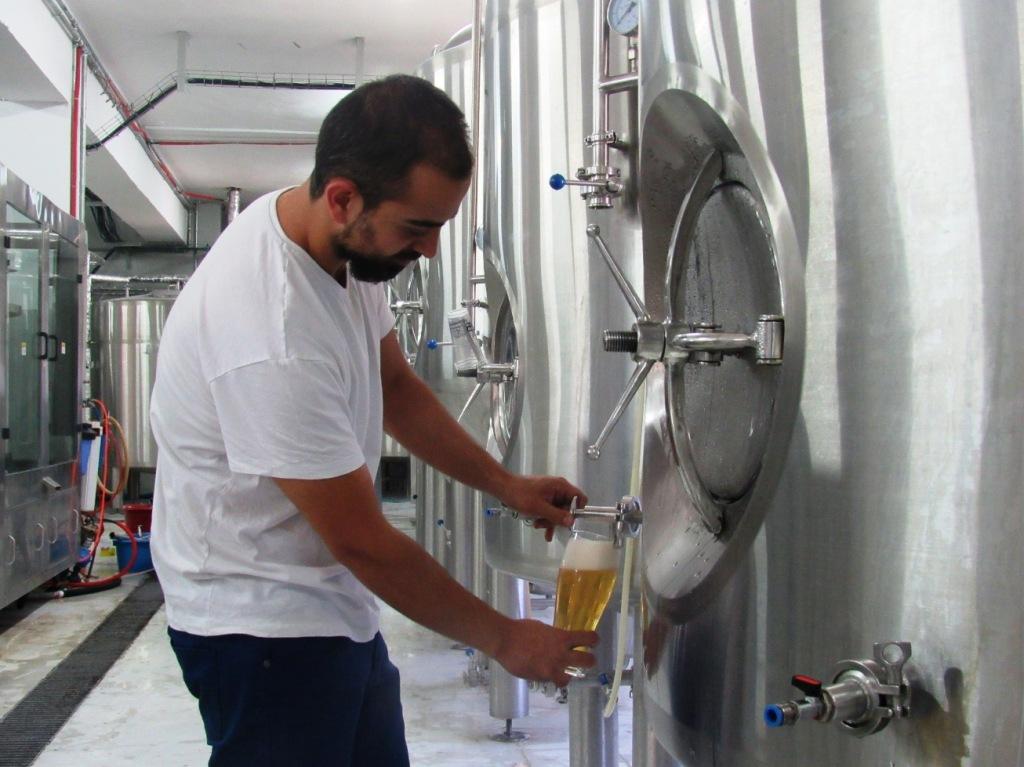 Alaa Suleiman Sayej, co-fondatore della Birzeit Brewery (Foto: Chiara Cruciati/Nena News)