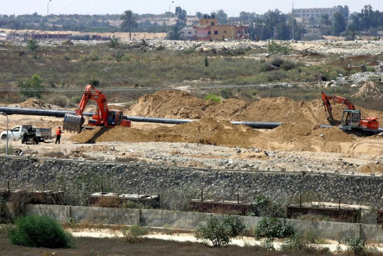 I lavori in corso lungo il confine tra Gaza e l'Egitto. Foto Anadolu