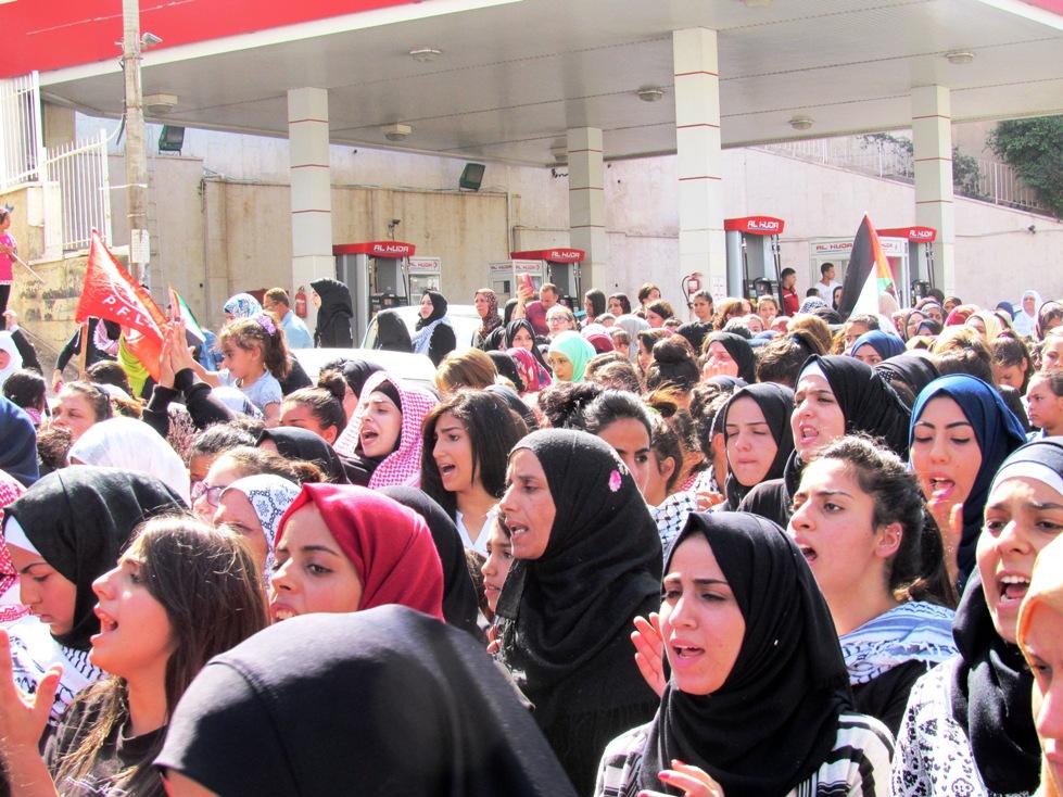 Donne ai funerali di Moataz Zawahre, nel campo profughi di Dheisheh (Foto: Chiara Cruciati/Nena News)