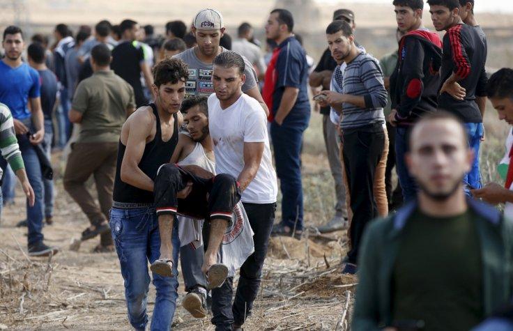 Un ferito ieri durante le manifestazioni al confine tra Gaza e Israele (foto: Reuters)