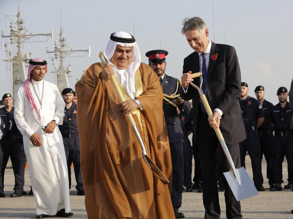 Il Ministro degli Esteri britannico Philip Hammond e il Ministro degli Esteri bahranita Shaikh Khalid Bin Ahmed Al Khalifa, Manama, Bahrain. Hasan Jamali. Photo AP