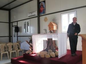 Abuna Jalal Yako nella chiesa del campo di Ashti (Foto: Chiara Cruciati/Nena News)