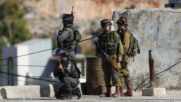 Soldati israeliani all'incrocio di Beit Einun junction, nei pressi di Hebron il primo novembre scorso. (Foto: AP / Nasser Shiyoukhi)