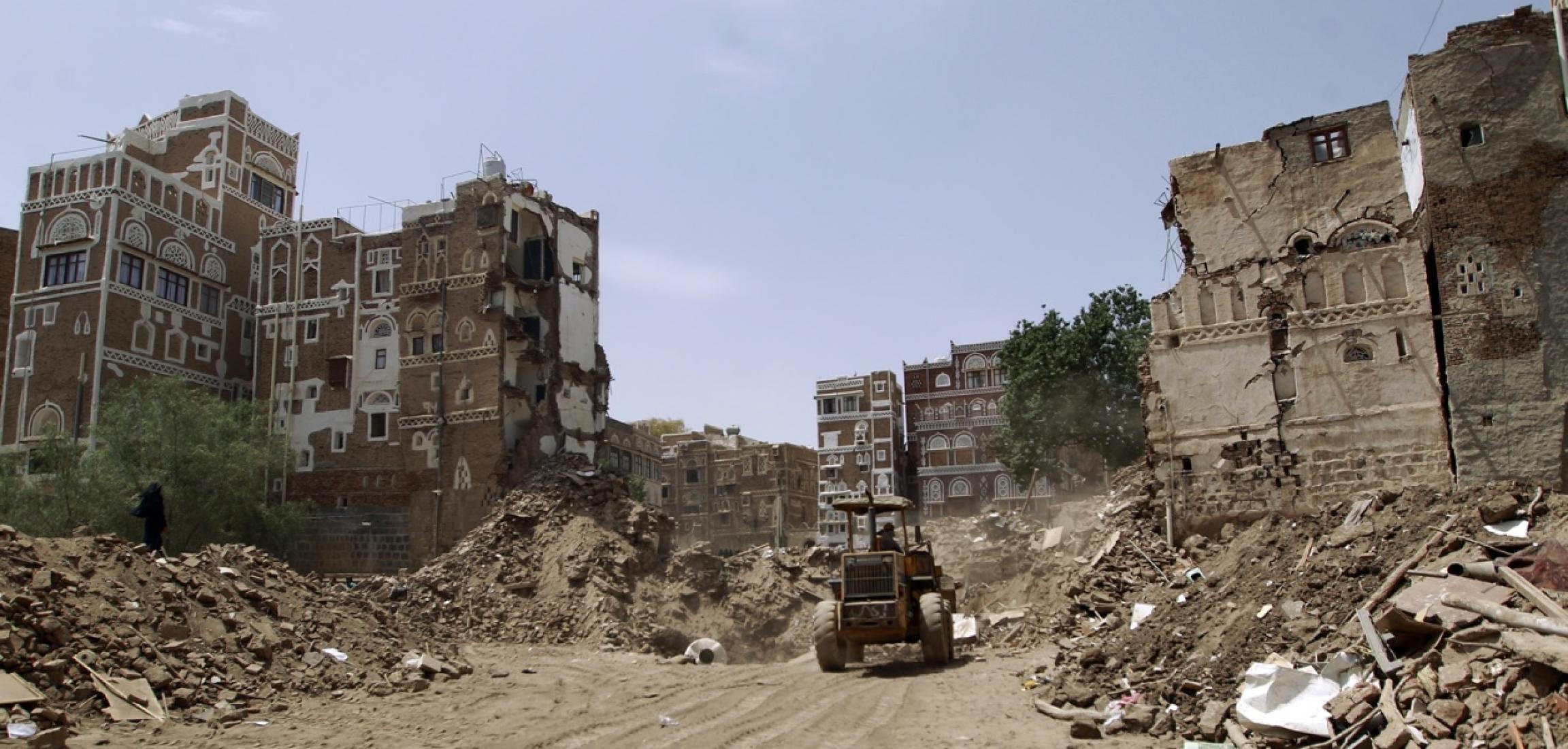 Macerie di alcune case a Sana'a dopo un raid saudita. Foto: Getty Images