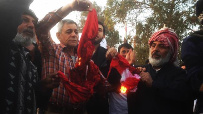 Manifestanti iracheni bruciavano ieri la bandiera della Turchia (Fonte: Al Baghdadia Tv)