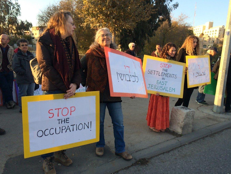Manifestazione ieri a Gerusalemme di attivisti israeliani contro la confisca di case palestinesi a Sheikh Jarrah, foto di Michele Giorgio