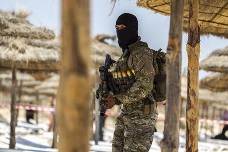 Le forze speciali tunisine sulla spiaggia di SOusse (Foto: Zohra Bensemra/Reuters)
