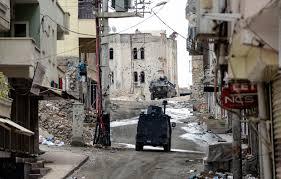Blindati turchi nelle strade di Silvan nel sud-est della Turchia. (Foto: Afp)