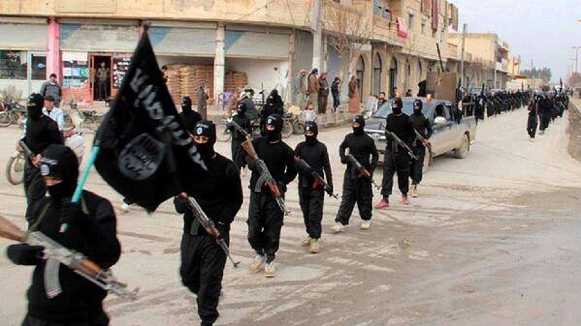 Miliziani dell'Isis sfilano a Fallujah