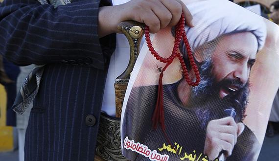 Manifestanti sciiti con un poster con il volto di Nimr al-Nimr (Foto: Reuters)
