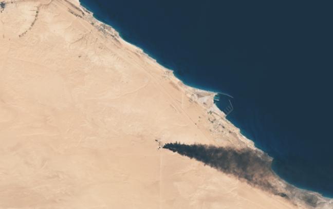 Pozzi petroliferi in fiamme. Immagine satellitare.