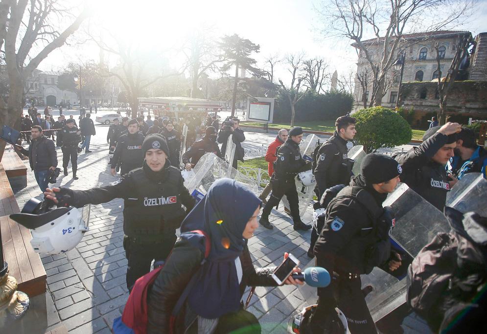 La polizia turca interviene dopo l'attentato a Sultanahmet (Foto: OsmanOrsal / Reuters)