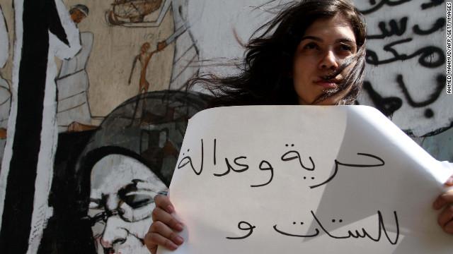 """Manifestante al Cairo durante una manifestazione contro le molestie sessuali nel luglio 2012. Sul cartellone: """"Libertà e giustizia per le donne"""". (Foto: Ahmed Mahmoud, Getty Images)"""