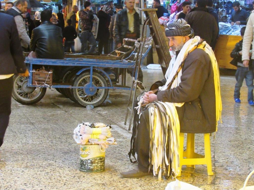 Un venditore nel suq di Sulaimaniya (Foto: Chiara Cruciati/Nena News)