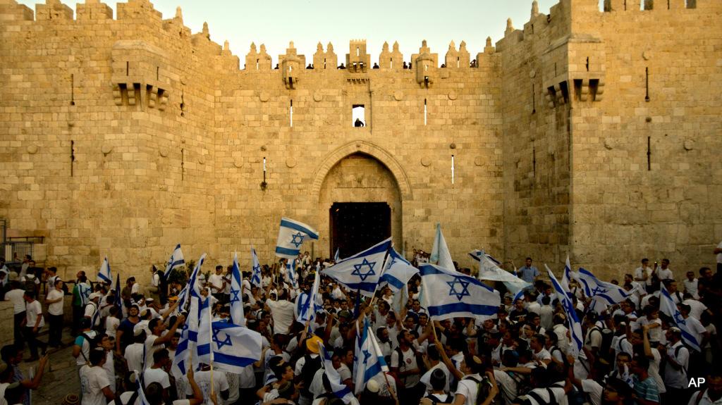 """Gli israeliani celebrano alla Porta di Damasco, nella zona Est occupata, la """"riunificazione"""" di Gerusalemme"""