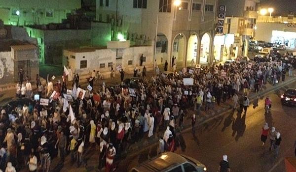 Migliaia di manifestanti sciiti partecipano a proteste governative nella parte orientale dell'Arabia Saudita lo scorso gennaio