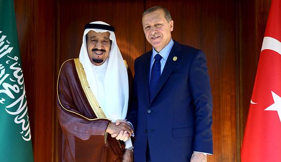 Re Salman dell'Arabia saudita e il leader turco Erdogan. Foto Reuters/Kayhan Ozer